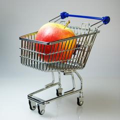 Einkaufswagen mit Apfel