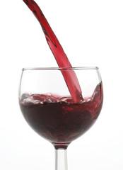 Vino rosso versato nel calice