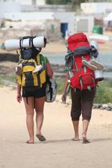 excursionistas caminando con mochilas de acampada. senderismo