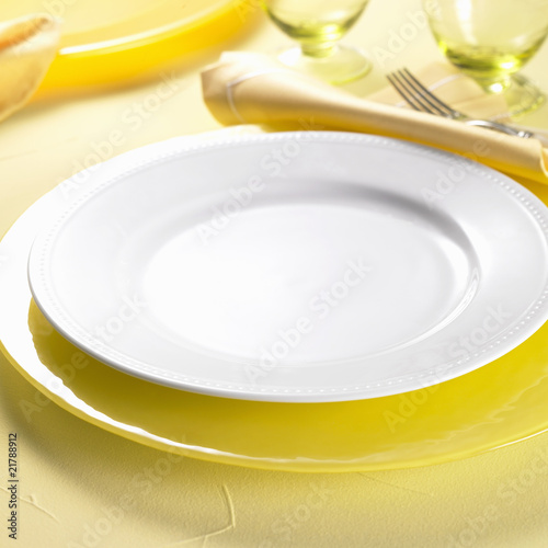 Place-setting in yellow and white