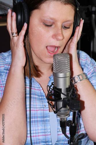 ragazza che canta