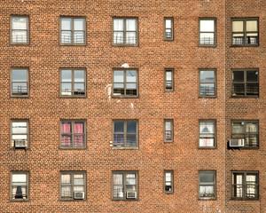 Hausfassade mit Fenstern und Klimaanlage in New York