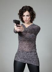junge Frau mit gezogener Waffe
