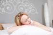 Leinwandbild Motiv junge frau schläft auf kissen