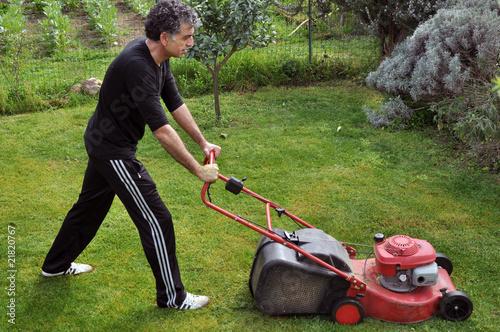 Giardinaggio uomo che taglia l 39 erba di egidia degrassi for Erba per prato che non si taglia