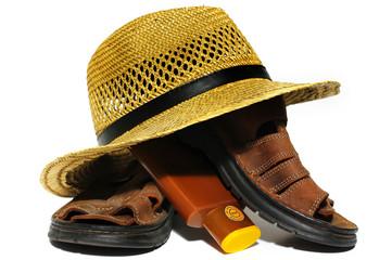 crème solaire,chapeau de paille et sandales