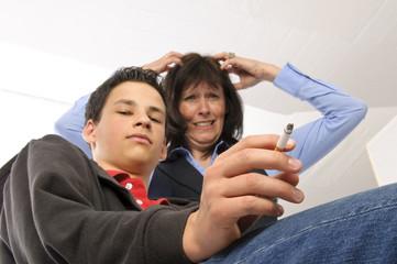 Mutter schimpft weil ihr Sohn raucht