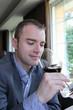 Homme d'affaires dégustant un vin rouge au restaurant
