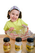 Mädchen beim Hackfleisch zubereiten