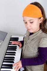 Mädchen am Keyboard
