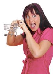 lachende Frau mit kleinem Einkaufswagen