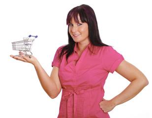 nette Frau hält kleinen Einkaufswagen in der Hand