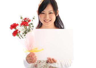 白いキャンバスと花束を持つ少女