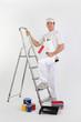 Peintre avec matériel de peinture près d'une échelle