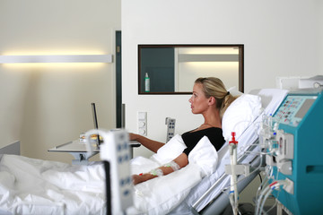 Patientin im Krankenbett