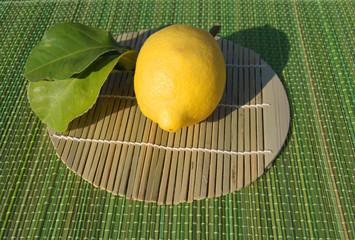 limone su tovaglietta di bamboo