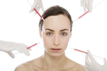 junge Frau bekommt Botox Spritzen in das Gesicht