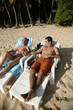 Couple se prélassant au soleil