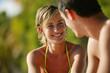 Couple souriant au bord de l'eau
