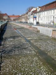 Stadtkanal ohne Wasser