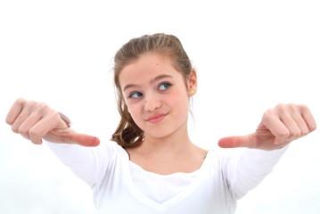 Ein Mädchen zeigt die Daumen nach unten. Sample text.