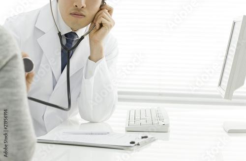 聴診をする医師