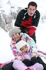 Famille en vacances à la neige