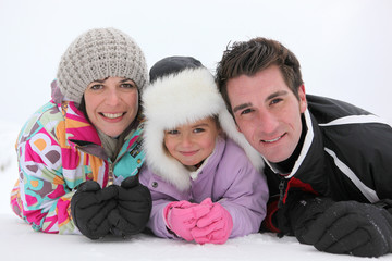 Portrait d'une famille en vacances à la neige