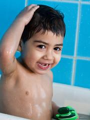 bambino che  fa il bagno nella vasca