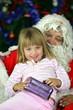 Portrait d'une fillette dans les bras du Père Noël