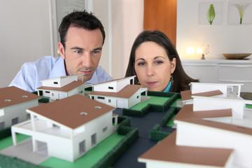 couple devant une maquette d'architecte