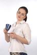 Frau schaut eine Tasse kritisch an