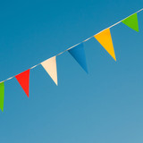 Bunte Wimpel vor blauem Himmel, Sommerfest