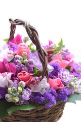 カゴに入った紫色のフラワーアレンジメント