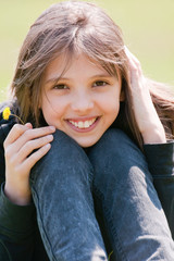jeune adolescente souriante