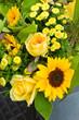 Gelber Sommerblumenstrauß, Blumenmarkt