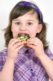 Mädchen beim Pizza essen
