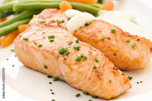 Lachsfilets mit Gemüse