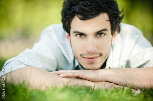 homme brun regard intense nature