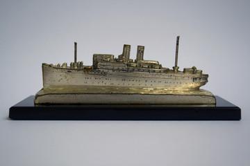 Altes Schiffsmodell eines Passagierdampfers um 1925