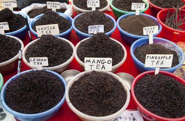 verschiedene Teesorten auf einem indischen Marktstand