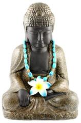 bouddha assis, collier bleu, fleur frangipanier, fond blanc