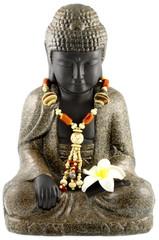 bouddha assis, collier perles, fleur frangipanier, fond blanc
