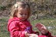 bébé fille découvrant les fleurs