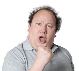 homme obèse combatif poing levé