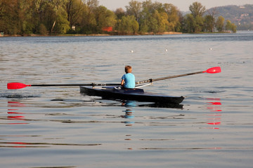ragazzo in canoa