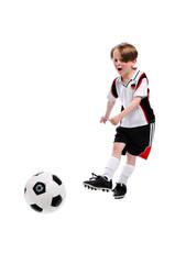 Junge schießt Fußball