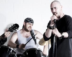 batteur et chanteur de groupe rock en sueur