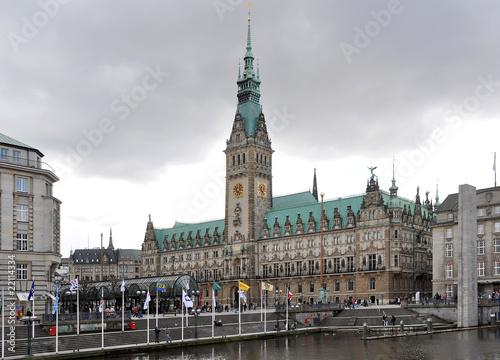 Dunkle Wolken über dem Rathaus in Hamburg