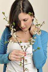 Frau mit Blüte in der Hand